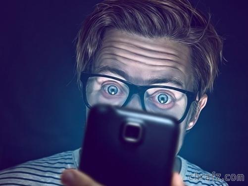【知说】关灯后玩手机真的会瞎眼吗?-张弦先生-chrafz.com